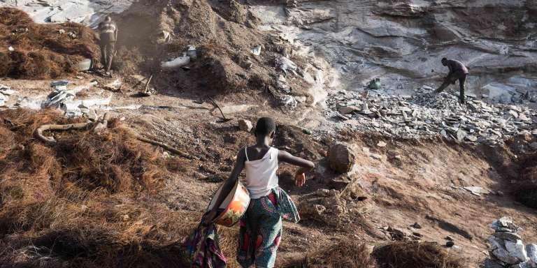 Une jeune femme travaillant au fond dans la carrière de Pissy, à l'ouest de Ouagadougou, le 4 juin 2016