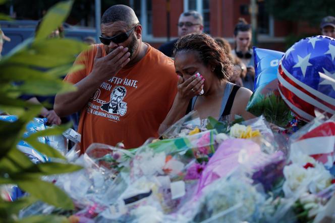 Des collègues des victimes de la tuerie de Dallas, le 8 juillet.