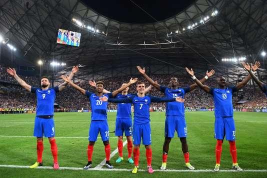 Olivier Giroud, Kingsley Coman, Laurent Koscielny, Antoine Griezmann, Paul Pogbaet Eliaquim Mangala célèbrent la victoire de la France sur l'Allemagne, le 7 juillet, au Stade-Vélodrome.