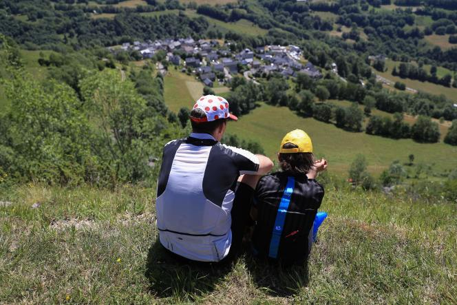 Des spectateurs attendent le passage du Tour entre Pau et Bagnères-de-Luchon.