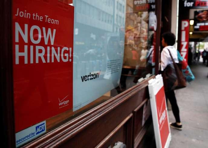 Campagne de recrutement dans une boutique Verizon, à New York, en mai