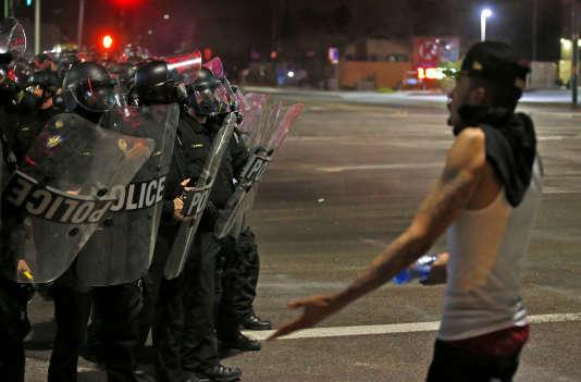 Un manifestant interpelle la police lors d'une marche de protestation contre les violences policières, le 8 juillet à Phoenix.