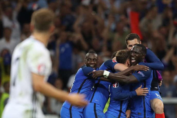 Antoine Griezmann célèbre son second but contre l'Allemagneavec ses coéquipiers, jeudi 7 juillet, à Marseille.