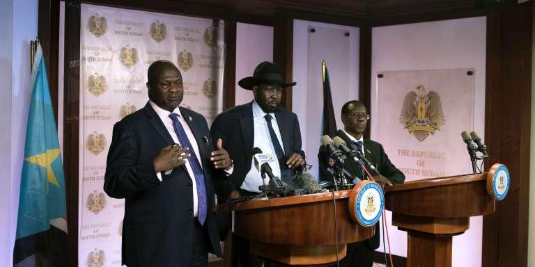 Le premier vice-président du Soudan du Sud, Riek Machar (à gauche), s'adresse aux journalistes aux côtés du président Salva Kiir (au centre) et du deuxième vice-président, James Wani Igga (à droite), à Juba, le 8 juillet.