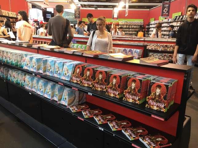 Dans la boutique éphèmere Glénat, le manga français« Ayakashi» fait partie des têtes de gondoles.