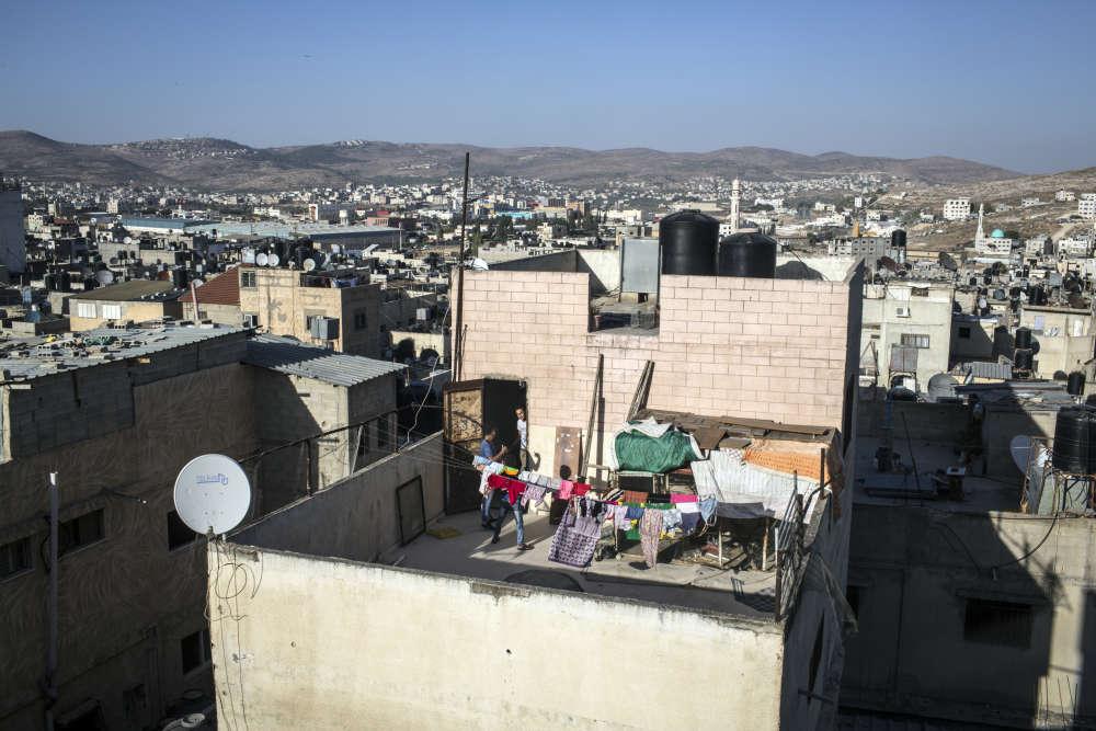 Le camp de Balata vu depuis les toits, le 23 juin. 28 000 personnes s'y entassent, moins d'une sur deux travaille.