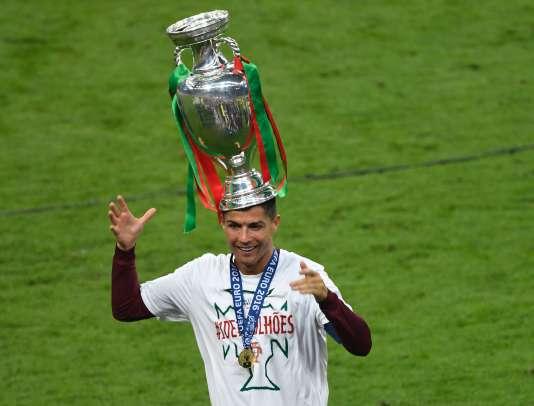 Cristiano Ronaldo, une Coupe sur la tête, le 10 juillet à Saint-Denis.