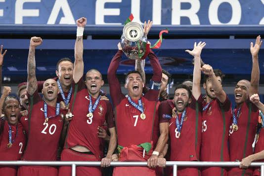 Cristiano Ronaldo soulève le trophée de l'Euro 2016.