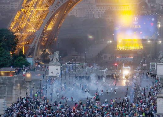Heurts entre la police et des casseurs, dimanche 10 juillet,aux abords du Champ-de-Mars, à Paris.