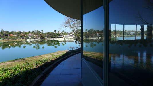 Le lac de Pampulha à Belo Horizonte (Brésil) depuis le« casino» réalisé par Oscar Niemeyer au début des années 1940.