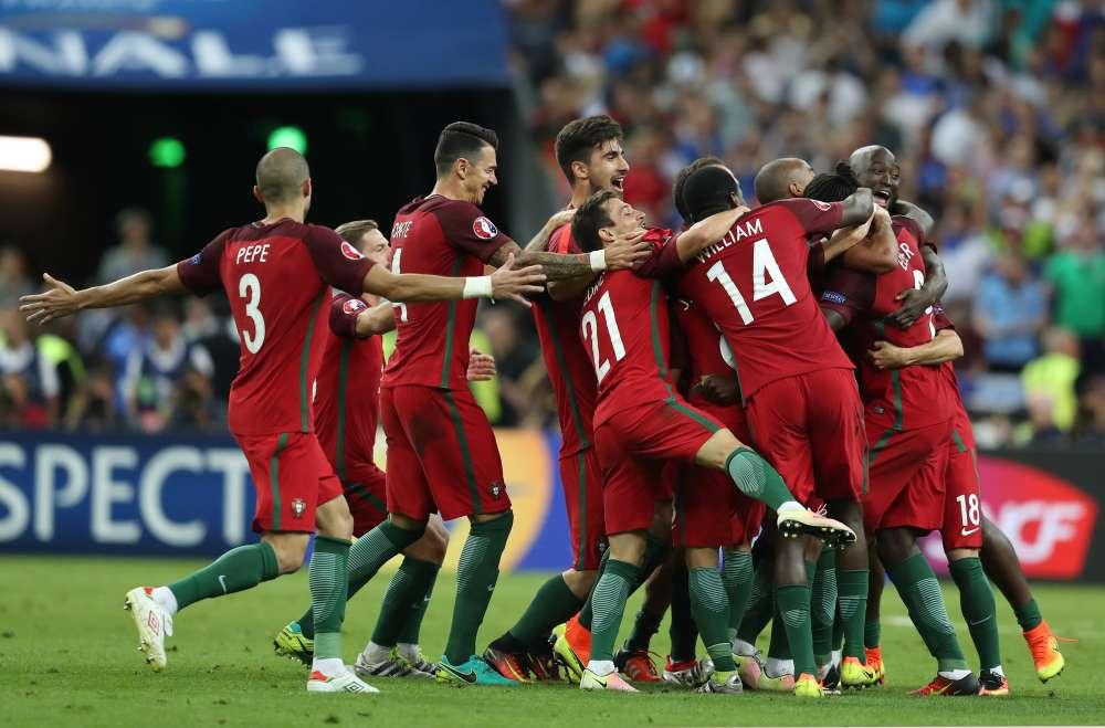 En 2004, l'équipe du Portugal avait perdu à domicile la finale de son Euro face à la Grèce. Le sélectionneur Fernando Santos a réussi là où tous ses prédecesseurs avaient échoué. De 2010 à 2014, il avait dirigé la sélection grecque.