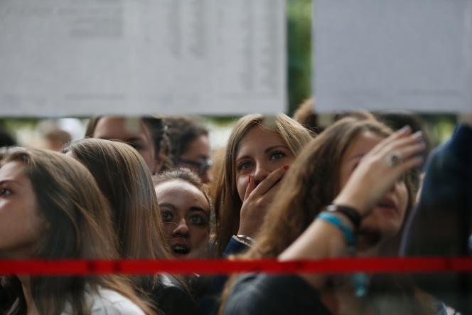 Affichage du résultat au baccalauréat, à Caen.