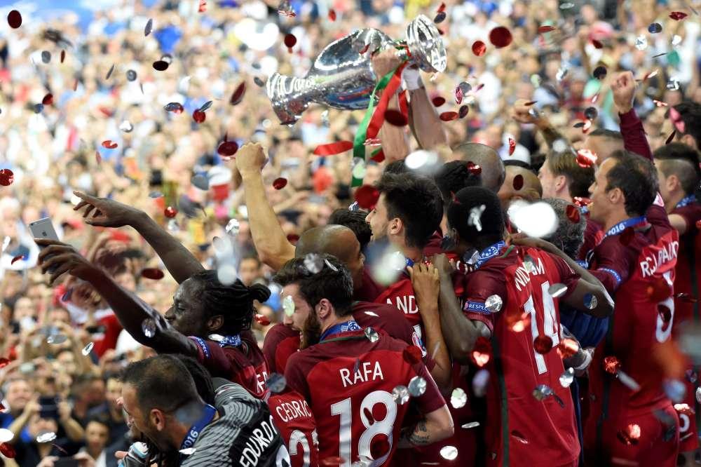 Les footballeurs portugais brandissent le trophée Henri-Delaunay. Ils peuvent exulter : en battant les Bleus dimanche au Stade de France (1-0 après prolongations), ils sont devenus pour la première fois champions d'Europe.