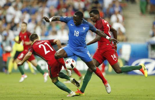 Moussa Sissoko a été le meilleur joueur français lors de la finale de l'Euro perdue par la France contre le Portugal, dimanche soir – ici face à Cédric et William Carvalho.
