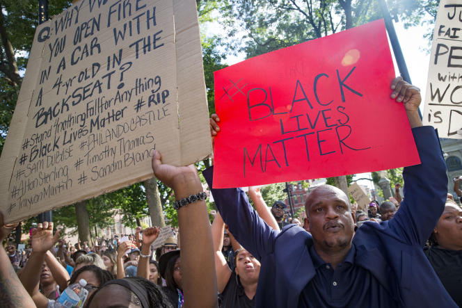 Les morts de Noirs abattus par des policiers blancs provoquent régulièrement l'émoi aux Etats-Unis, où elles ont donné naissance au mouvement Black Lives Matter (La vie des Noirs compte).