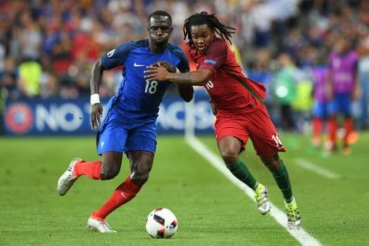 Moussa Sissoko récupère le ballon devant le jeune espoir portugais, Renato Sanches, le 10 juillet.