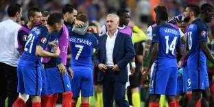 Didier Deschamps et ses joueurs après la finale de l'Euro 2016, le 10 juillet au Stade de France.
