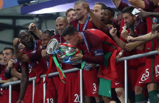 Cristiano Ronaldo heureux après la victoire du Portugal en finale de l'Euro 2016.