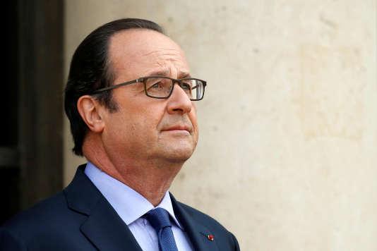 François Hollande, le 11 juillet, devant le palais de l'Elysée, à Paris.