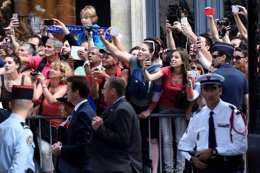 La foule massée devant le palais de l'Elysee, le 11 juillet 2016.
