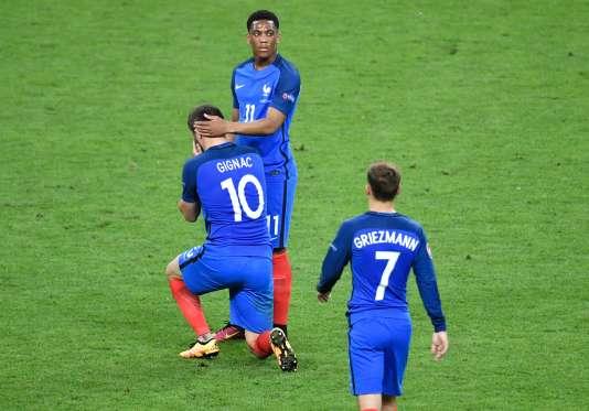 Anthony Martial réconforte André-Pierre Gignac devant Antoine Griezmann à la fin de la finale contre le Portugal, dimanche 10 juillet, au Stade de France.