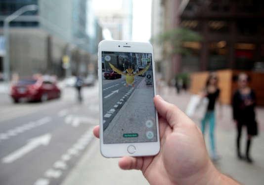 Un utilisateur de «Pokémon Go» dans les rues de Toronto, au Canada, le 11 juillet.