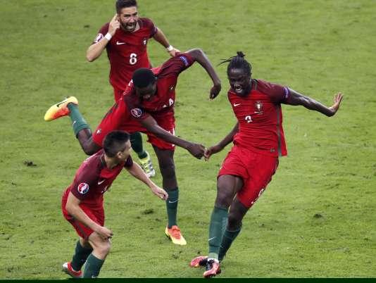 Le Portugais Eder (à droite) célèbre son but qui offre l'Euro 2016 au Portugal.