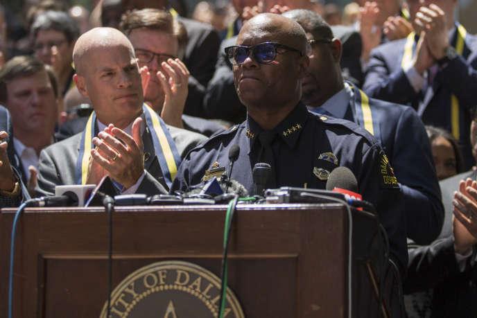 Le chef de la police de Dallas, David Brown, lors d'une veillée àDallas, au Texas, le 8 juillet 2016, après les tirs qui ont causé la mort de cinq policiers.