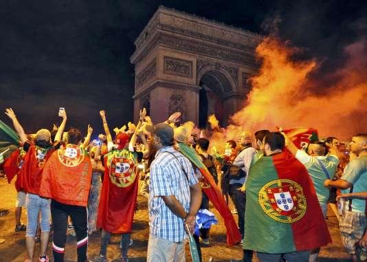 Des supporteurs du Portugal, place de l'Etoile, à Paris, dans la nuit du dimanche 10 au lundi 11 juillet.