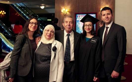 Emna Limam, diplômée d'un doctorat de physique-chimie, avec sa famille.