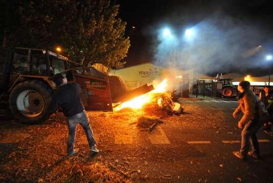 Les manifestants ont jeté des œufs sur la façade de l'usine Sodiaal du Mans, bloquée lundi 11 juillet au soir pour protester contre la baisse du prix du lait.