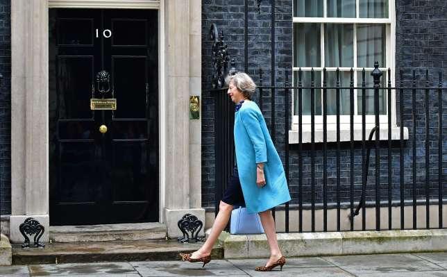 Theresa May (ici le 27 juin 2016, à son arrivée au 10, Downing Street), première ministre britannique, a expliqué choisir elle-même ses tenues. Y compris ses escarpins léopard, dont il a beaucoup été question dans la presse anglo-saxonne.