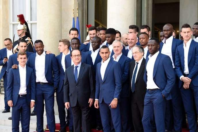 François Hollande pose à l'Elysée avec les joueurs de l'équipe de France, le 11juillet 2016, au lendemain de la finale de l'Euro.