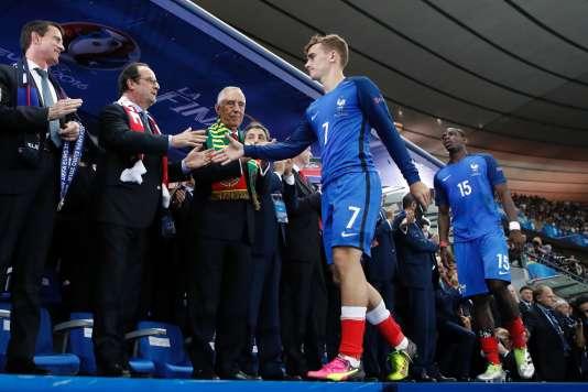 Manuel Valls, François Hollande et le président portuguais,Marcelo Rebelo de Sousa, félicitent les joueurs après la finale de l'Euro 2016, le 11 juillet.