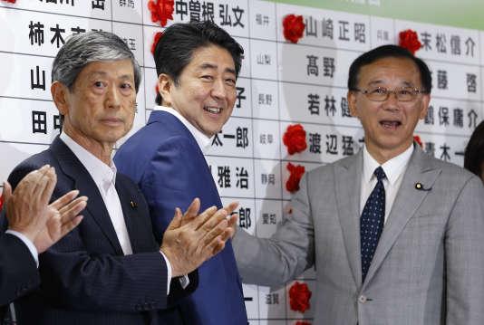 Le premier ministre Shinzo Abe lors de l'annonce desrésultats des élections à la Chambre haute du Parlement, à Tokyo, le 10 juillet.