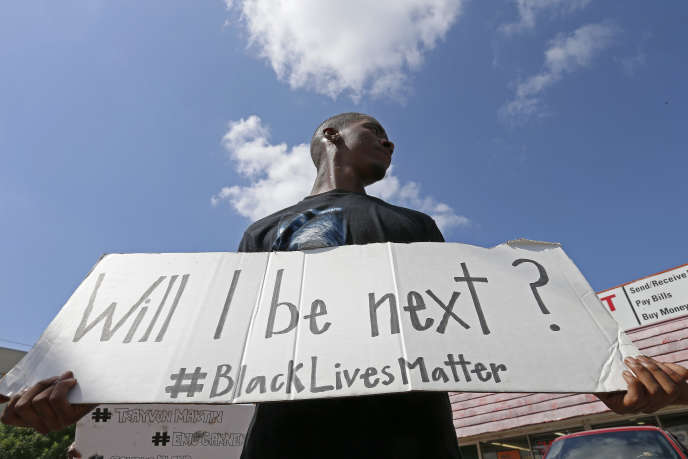 Un manifestant tient une pancarte sur laquelle est inscrit « Suis-je le suivant ? », lors d'un rassemblement organisé par l'association Black Lives Matter, à Dallas (Texas), le 10 juillet 2016.