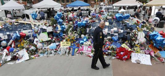 Devant le siège de la police de Dallas, le 11 juillet.