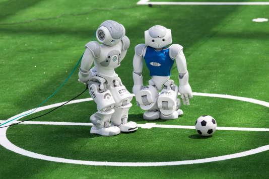 Deux robots-footballeurs, lors de la RoboCup 2016 à Leipzig (Allemagne).