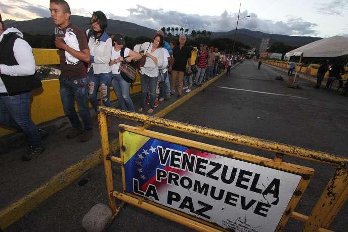 Des Vénézuéliens traversent la frontière pour entrer en Colombie, en juillet 2016.