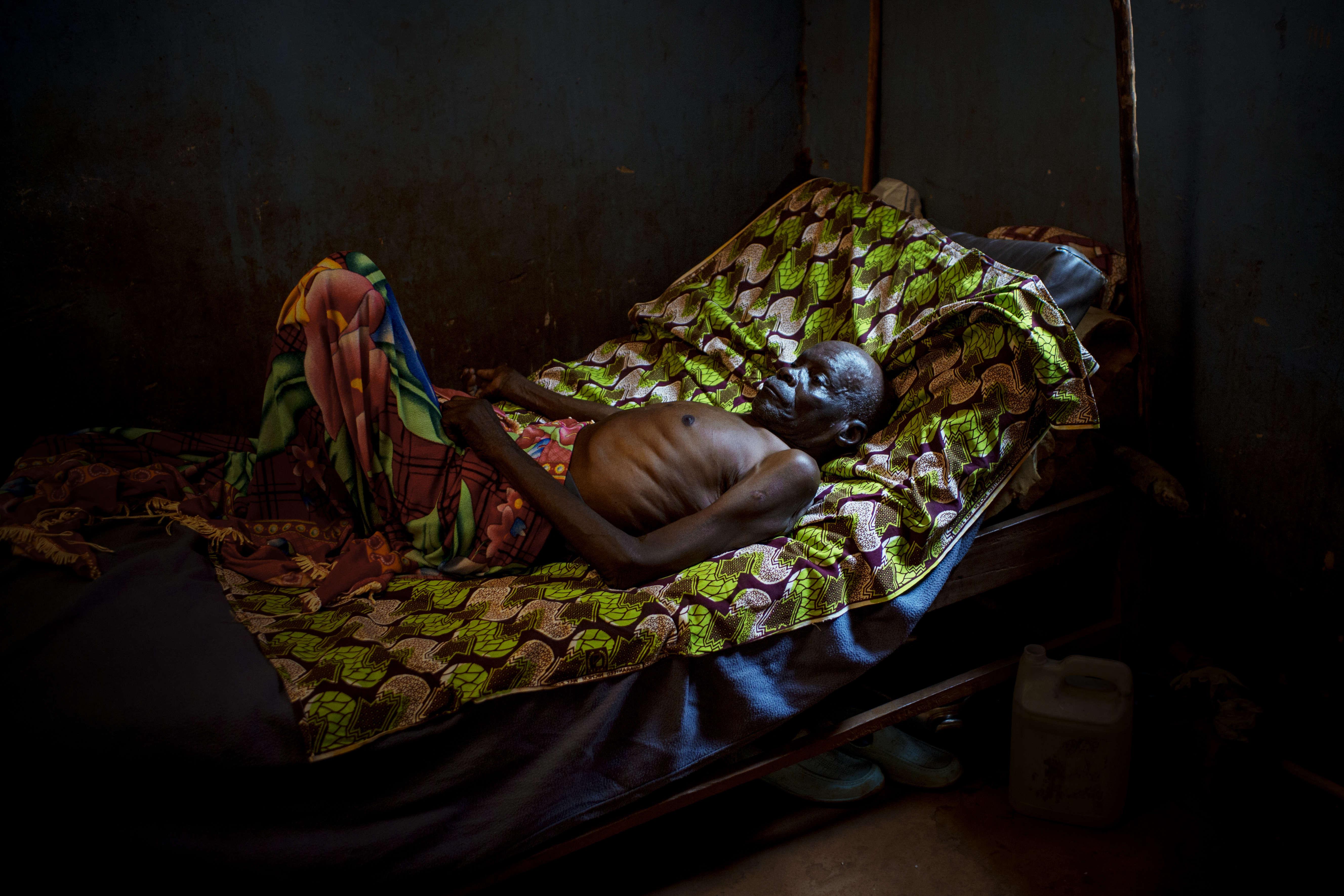 Cet homme, soigné pour une tuberculose à l'hôpital de Zemio, a ensuite développé une pneumonie. Avant même le début du conflit en cours, l'accès aux soins était très compliqué dans le pays.