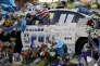 Mémorial improvisé autour d'une voiture de patrouille devant le siège de la police à Dallas le 9 juillet 2016.