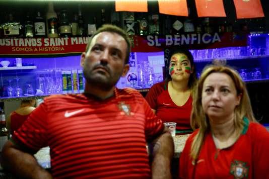 Dans la deuxième mi-temps, les quelques occasions françaises font monter la tension chez les supporteurs portuguais.