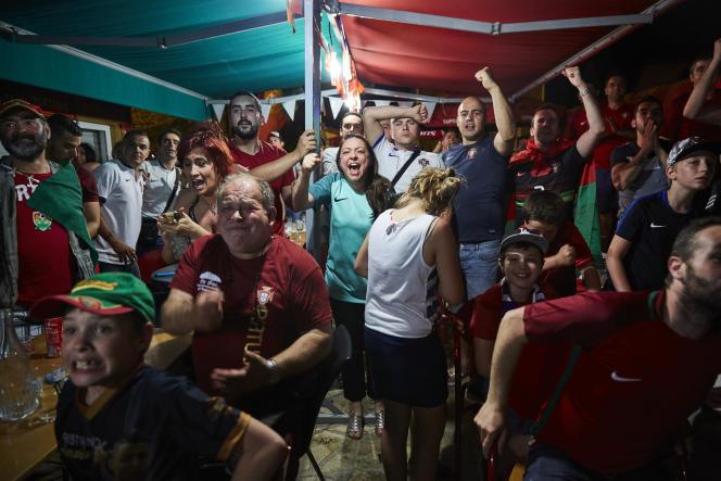 Des supporteurs du Portugal dans un restaurant de Saint-Maur-des-Fossés (Val-de-Marne), dimanche 10 juillet.