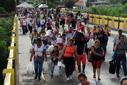 Des Vénézuéliens reviennent de la ville colombienne de Cucuta, le 10 juillet 2016.