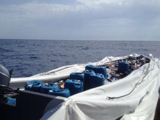 L'épave flottera quelque temps sur la Méditerranée, avec ses bidons d'essence et ses déchets.