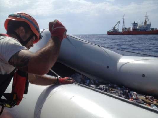 Albert Mayordomo perce le canot après le sauvetage.