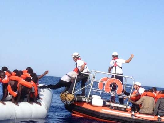Le transfert du canot pneumatique au bateau de sauvetage est une opération délicate.
