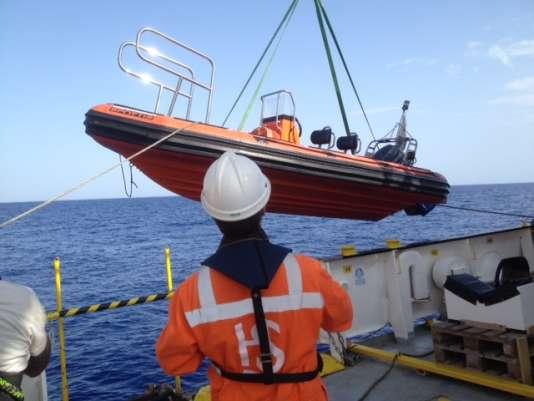 Les deux bateaux de sauvetage de l'«Aquarius» sont mis à la mer.