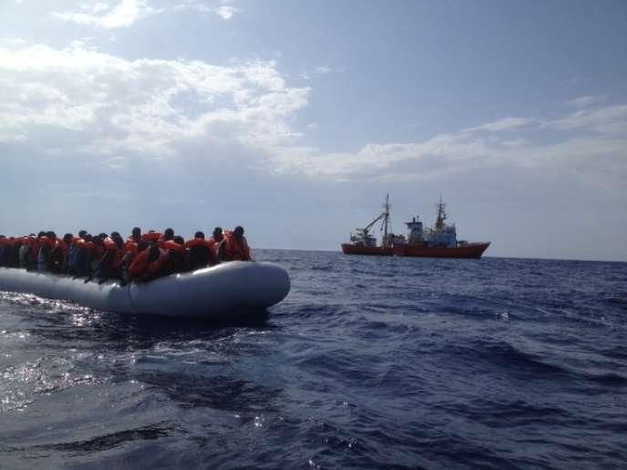 Lundi 11 juillet, 107 personnes sur un canot repéré par le capitaine de l'«Aquarius».