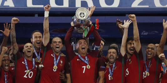 Les Portugais célèbrent leur victoire face à la France (1-0), en finale de l'Euro de football.